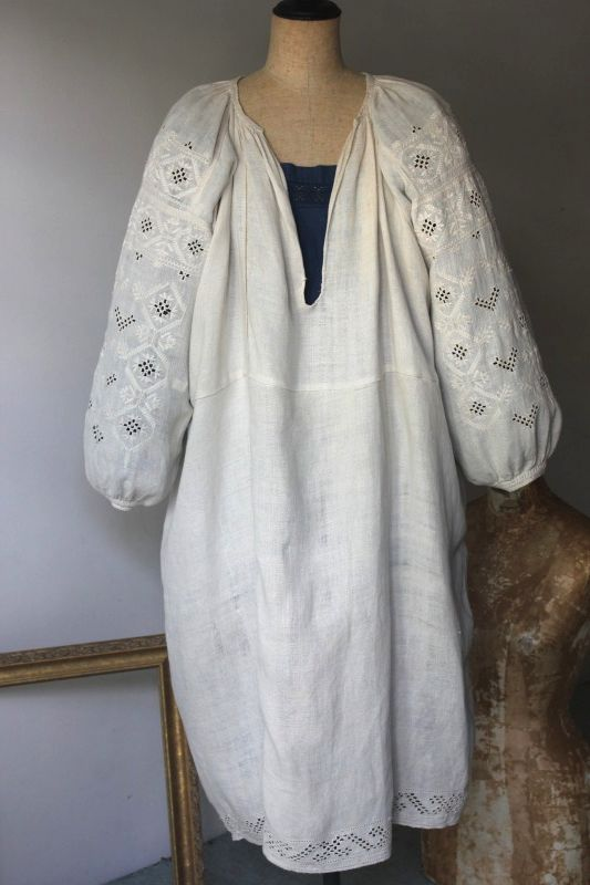 4a3a606c2e9d0 アンティークワンピース. ウクライナ刺繍ワンピース 袖にびっしり白い刺繍100年前のウェディングドレス